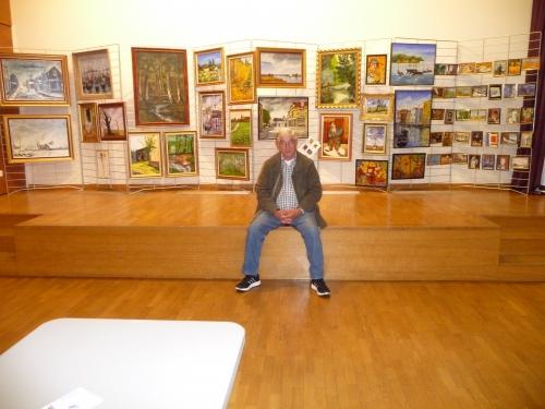 Mon copain Manu pose devant mes tableaux.JPG