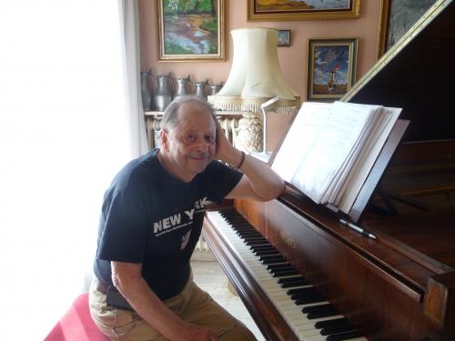 RANKY AU PIANO A QUEUE.JPG